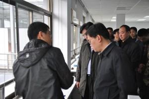 赵志为博士向考察团介绍传感器设备