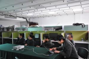 高艺博士向考察团演示传感网络系统
