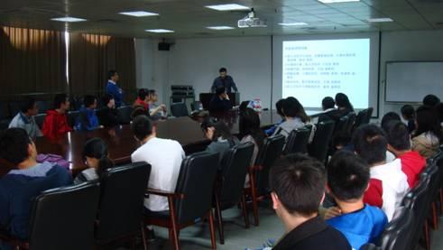 图为实验室王灿老师宣讲现场