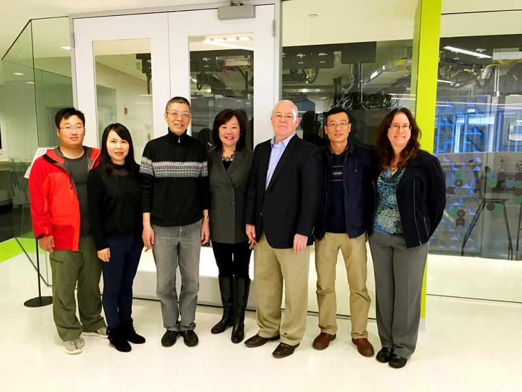 图为实验室老师一行参观IBM全球无障碍信息中心