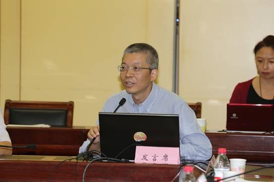 图为卜佳俊教授作为联合工作组秘书处秘书长介绍工作组情况